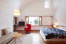 304号室 北欧デザインの赤いチェアが人気のスーペリアダブル