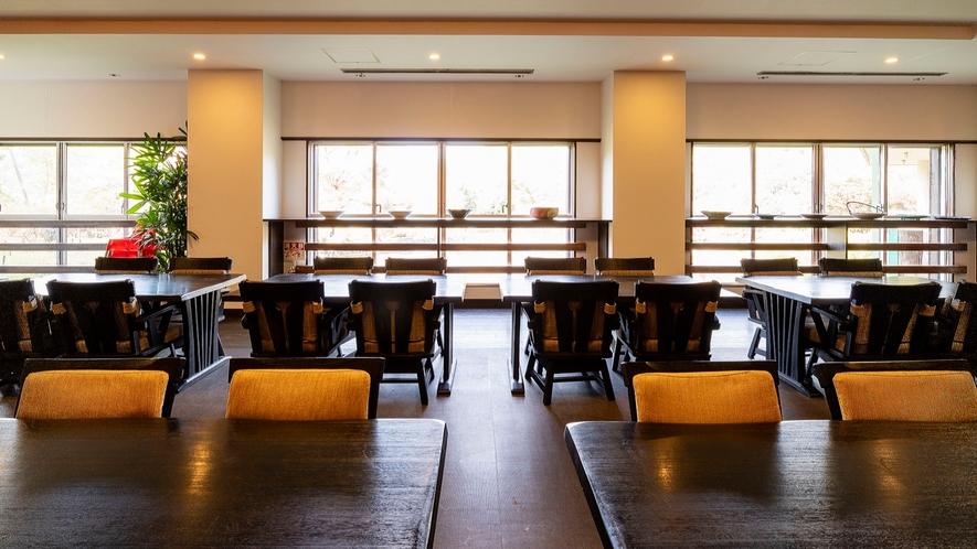 お食事処「翠楓亭」。四季折々の食材を使用した和食コースをご用意しております。