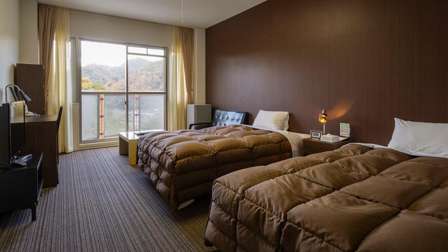 デラックスツイン(16畳)シックなインテリアで落ち着いた雰囲気のお部屋になっています。