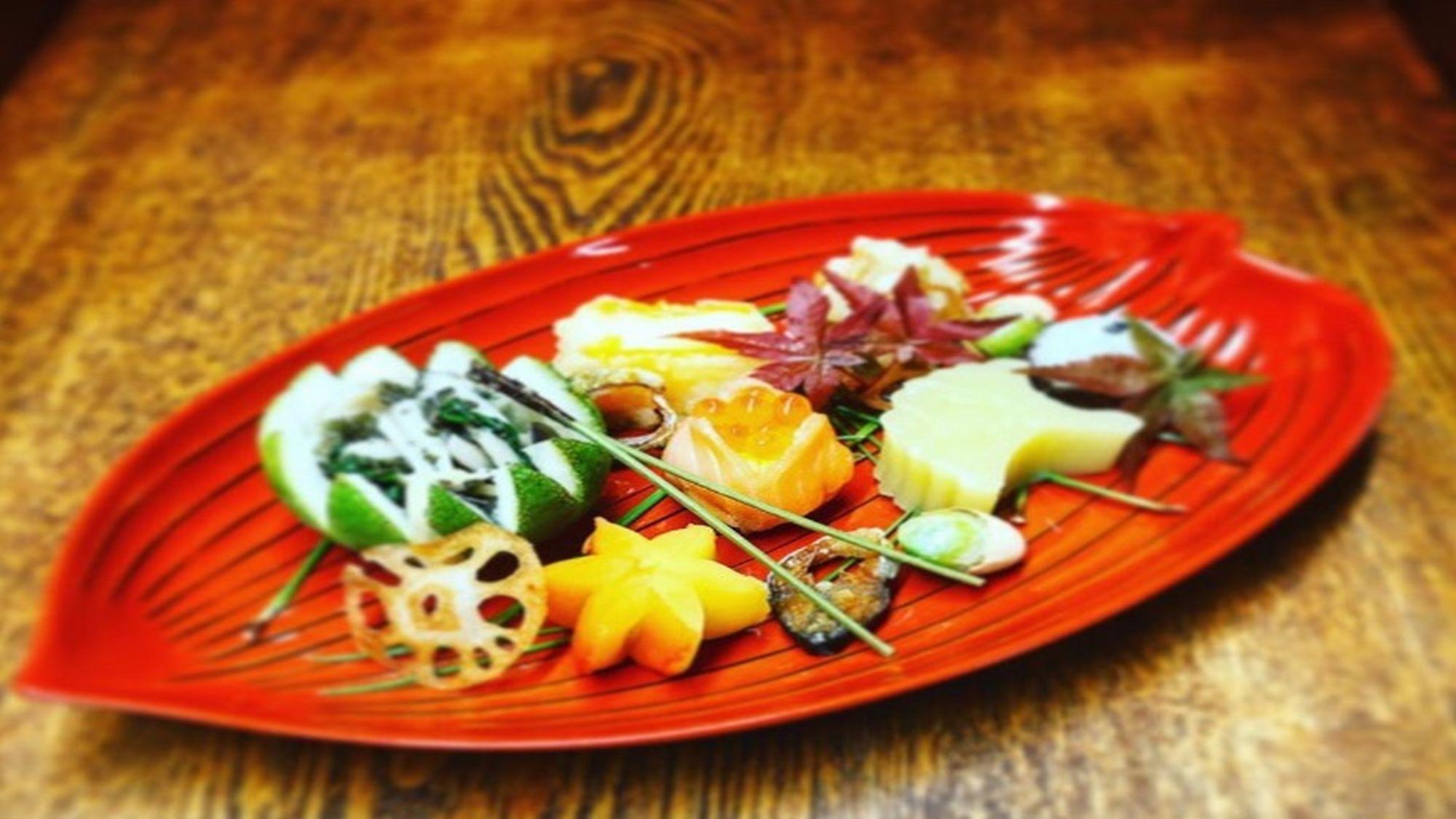 【吹き寄せ盛】秋の食材を使い、見た目も器も季節感を演出した料理です。