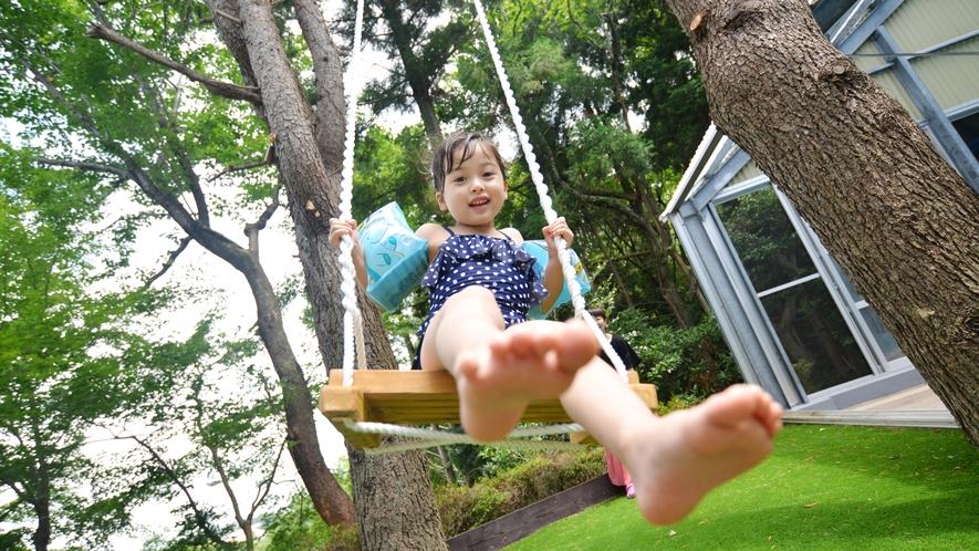 プールサイドの2本の大木の間に吊るした森のブランコは、森にダイブする様な感覚でお楽しみいただけます。