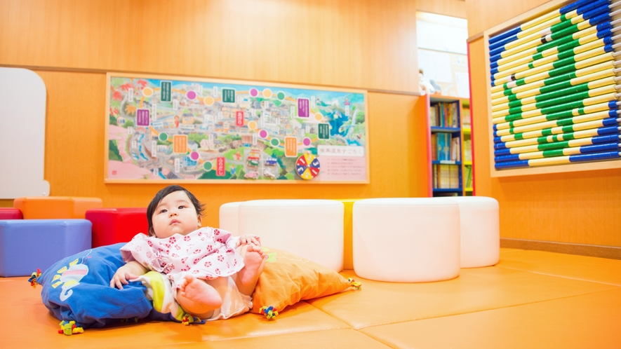 キッズコーナーは床・壁・スツールにもクッション材を使っておりますので、小さなお子様でも安心です。