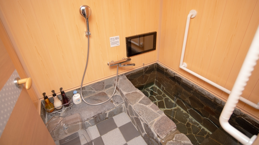 【14畳 和室 マウントビュー】手すり付き石造り浴室