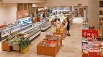 【お土産コーナー】海の幸から果物、お菓子など豊富に商品を揃えております。
