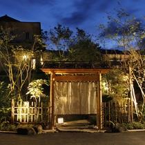 湯上りに、美しくライトアップされた夜の日本庭園へ・・・