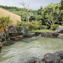 【女性露天風呂】大岩露天風呂は、里山の四季を眺めながらお楽しみくださいませ。
