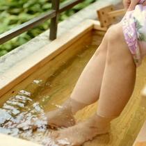 足湯に浸かりながら庭園を望めます。