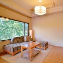【庭園一望特別室 -高円-】当館でベストロケーションを誇る、源泉かけ流し半露天風呂付客室です。