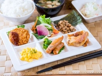 健康に配慮したバランスのとれた朝食をお客様に無料でご用意しております