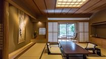 【庭園・露天風呂付和室 本間10畳】畳の本間と広縁、縁側には日本庭園を独占できる専用露天風呂付