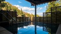 本館露天風呂。良質な泉質も特徴のひとつ。