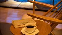 ジャパニーズスイートのライブラリには幾種かの本を置いております。コーヒーマシン常設