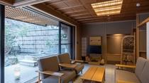 畳の本間と広縁、縁側には日本庭園を独占できる専用の露天風呂