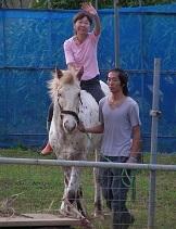 愛馬に乗ったママと息子