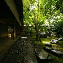【中庭】京都の庭師による緻密な計算により造られた苔庭は、儚くも力強い、自然が織りなす芸術作品です。