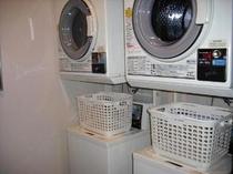 洗濯機及び乾燥機も完備。洗剤はフロントにて販売しております。