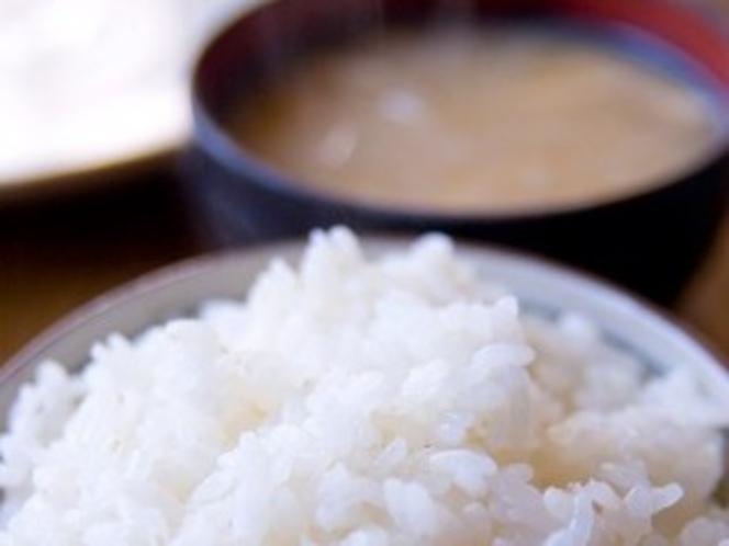 日本の朝と言えばご飯と味噌汁。何杯でもおかわりしてください♪