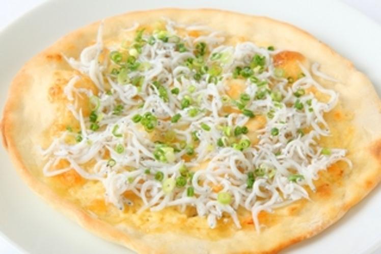 シラスピザ◆シラスとチーズとマヨネーズの相性が絶妙です♪