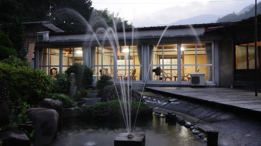 《日帰り温泉「元湯・憩の家」》地下1,000mから自噴する温泉を源泉かけ流しで