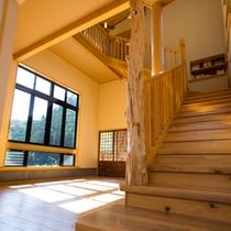 カフェ ほたるの雫から、光の間へ続く階段