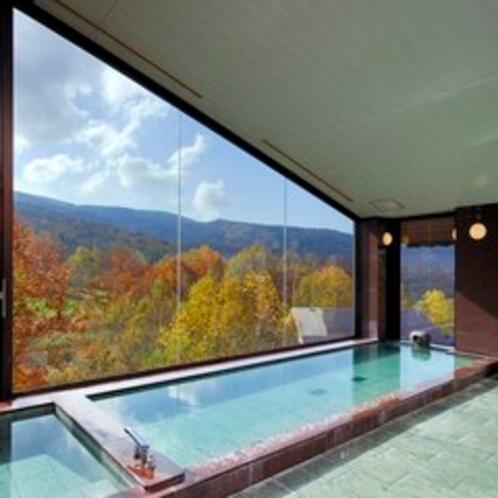 紅葉を一望する大浴場