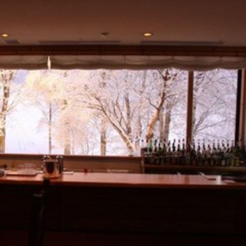 冬の木々を映すラウンジ