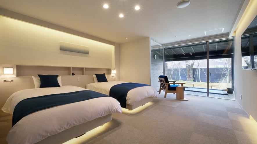 『清夏-せいか-』ベッドルームには個別に調光できるライトやコンセント。他、50インチの4Kテレビ