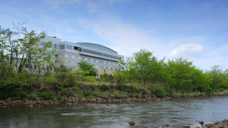 【ゆさ外観】須川沿いに隣接してあり、お部屋からは須川自生の木々や蔵王連邦の四季折々の風景が楽しめます