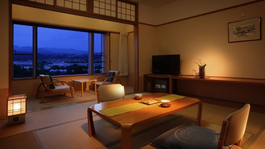 【和室10畳】須川沿いに自生する木々の間から望む蔵王連邦は、四季折々の表情を見せ、お客様に人気です。