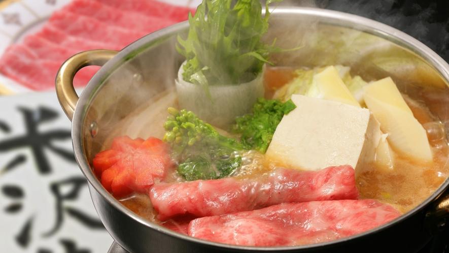 【米沢牛すき焼き】霜降りの極め細やかさはまさに口の中でとろける食感。とろとろ半熟卵につけてどうぞ!