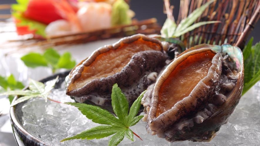 【活きあわび】新鮮なアワビをまるごとご提供するために、当日、調理場内の水槽より出して踊り焼き。