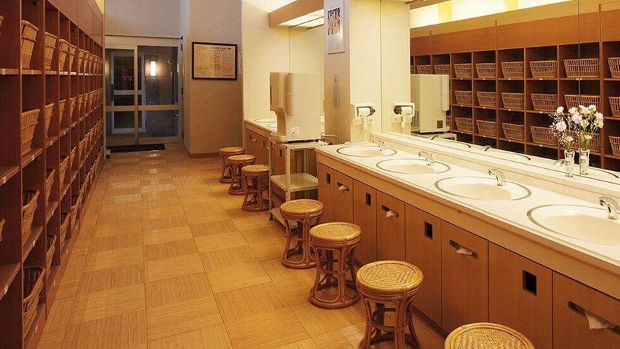 【脱衣所】大浴場内の設備は木のぬくもりを活かした明るく清潔な設備を心がけています。