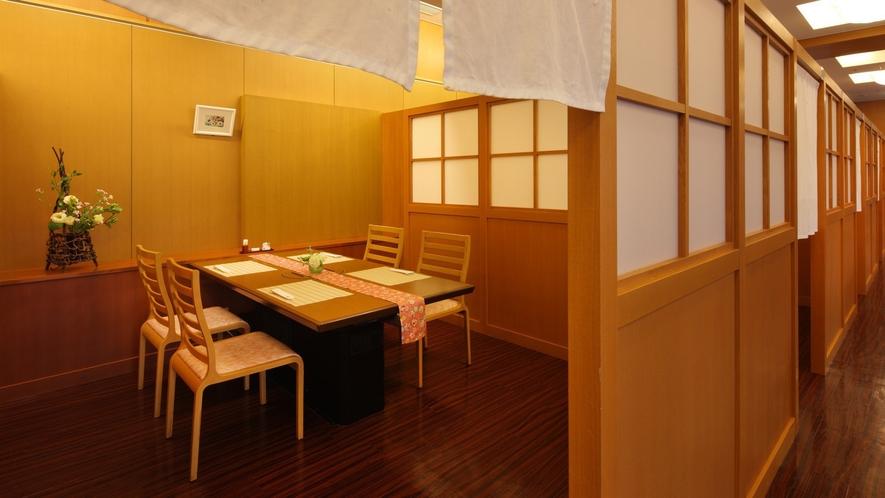 【半個室タイプ】レストラン会場内にある仕切りのある半個室タイプ。ご家族やカップルでゆっくりお食事
