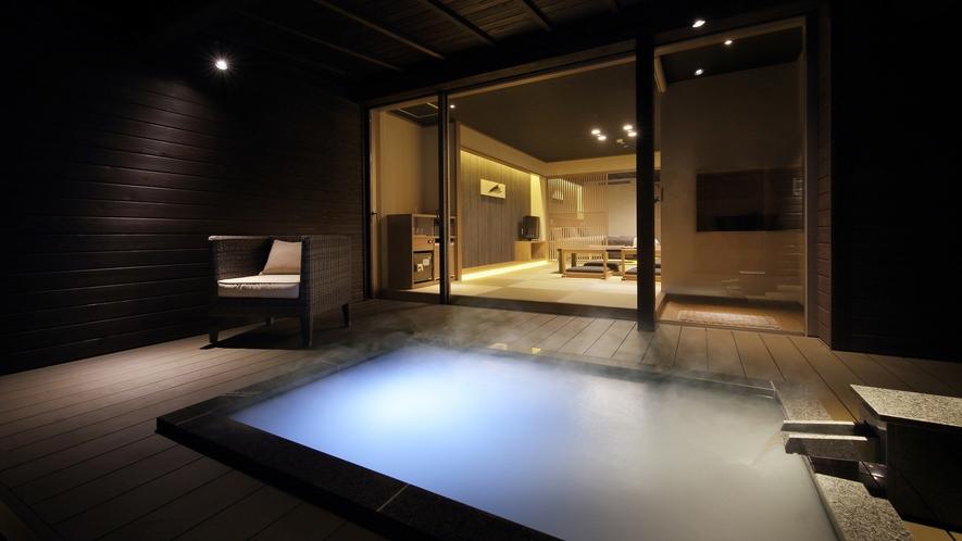 『冬月-とうげつ-』露天風呂より眺めたお部屋の様子。幻想的な光と共に