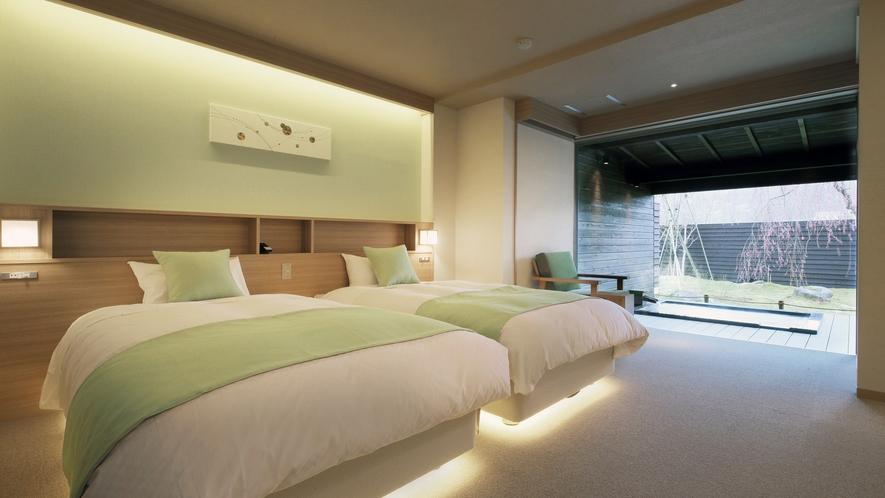 『春霞-しゅんか-』ベッドルームには個別に調光できるライトやコンセント。他、50インチの4Kテレビ