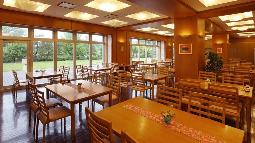 【お食事処】庭園が見える広々としたレストラン会場と仕切りある半個室タイプ。庭園には四葉のクローバーも
