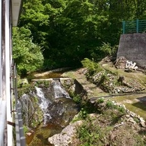 *【お部屋からの眺め】小川が流れ豊かな自然が広がります。