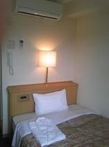 シングルルームのセミダブルベッド