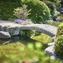 1350坪の日本庭園が、非日常の世界へといざないます。