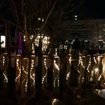 「しらさぎの足湯」とライトアップされた幻想的な竹灯篭の灯り