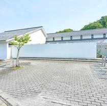 1350坪の日本庭園と好対照をなす、美術館の様で、数々の賞に輝いたシャープなモダン和風現代建築。