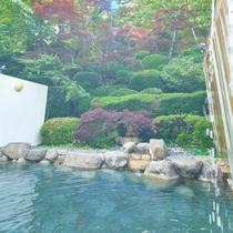 四季折々に楽しめる庭園露天風呂です。