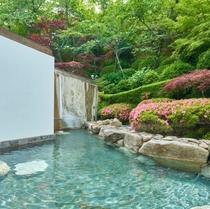 四季を感じる庭園を望みながら入る露天風呂は、体の疲れをゆっくりとほぐして頂けます。