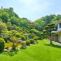 まるで絵画の様な日本庭園が目の前に広がります。