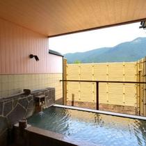 *開放感溢れる貸切露天風呂。掛け流しの天然温泉を存分にお楽しみ下さい。