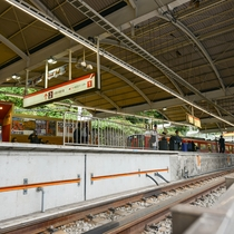 *箱根湯本駅/新宿から85分。箱根の玄関口です。年間を通して観光客で賑わいます。