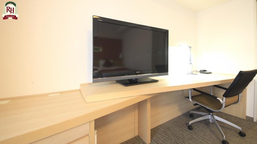 【コーナーハリウッドツイン】広々デスクに40インチワイド液晶TVをご用意しています。