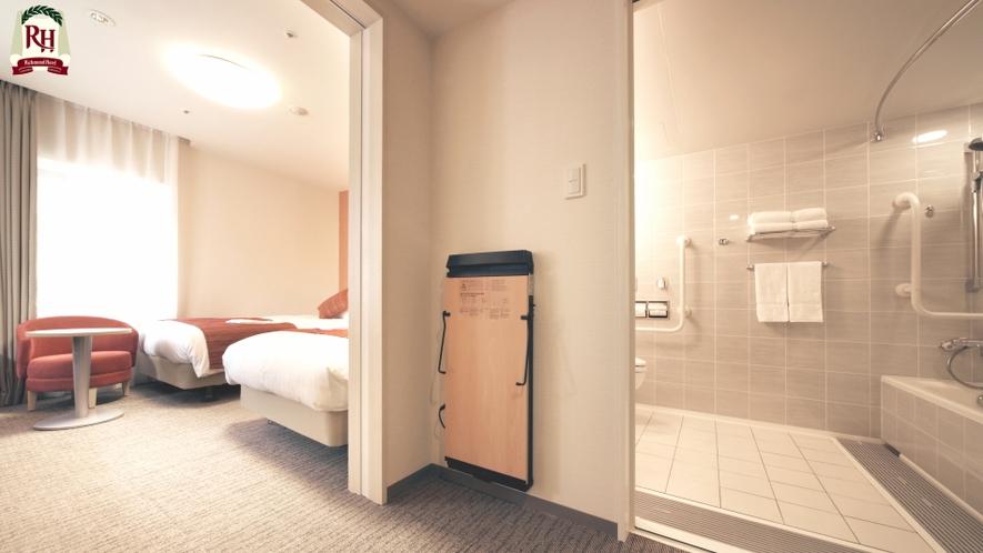 【ユニバーサルツインルーム】浴室内も広く手すりも多く設置しておりますのご安心ください。