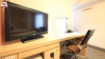 【コンフォートルーム】広いデスクに40型ワイド液晶のTVをご用意。