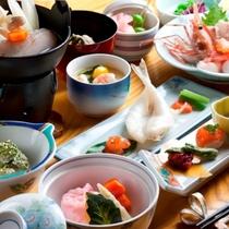 【夕食】季節の彩りも鮮やかに『華(はな)膳』の一例。